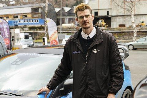 Drosje: Drosjesjåfør Evald Jåstad oppmodar fylkeskommunen til å anbefale lågutsleppsbilar i staden for å sette krav om nullutsleppsbilar.Foto: Inga Øygard Jaastad