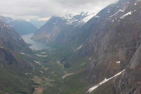 Truenorth Norway AS har fått landingsløyve på fire nutar kring Simadal i Eidfjord. Dei er eit produksjonsserviceselskap som legg til rette for internasjonale filmproduksjonar i Norge.
