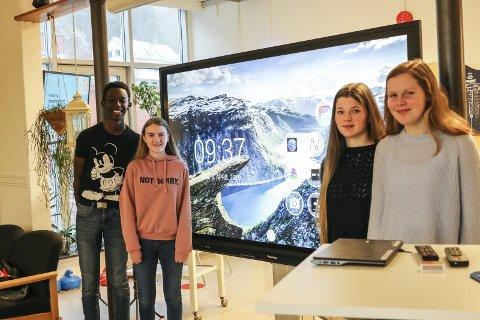 Premie: Frå venstre:Andy-Philippe Ndikumasabo, June Lægreid, Anna Gjerde og Silje Karlsen seier dei gler seg til å ta i bruk touch-skjermen.Foto: Inga Øygard Jaastad