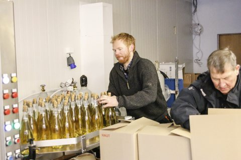 Regjeringen foreslår at dagens ordning med redusert alkoholavgift for små bryggerier utvides til å omfatte sider og lignende alkoholvarer. På bildet ser vi Olav Bleie som står bak Alde sider i Ullensvang.