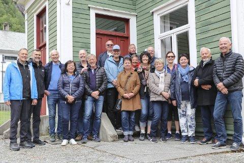 Ein blid gjeng: Nokre kom frå Sverige, andre frå Canada, for å treffa søskenbarn i Odda. foto: Synnøve nyheim