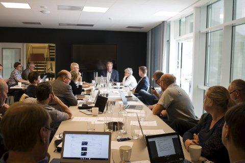 Hardanger House: Jondal kommunestyre under møtet onsdag. Det var halde i lokala til det nye hotellet i bygda, Hardanger House. Foto: Sondre Lingås haukedal