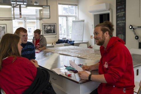 I aksjon: Tommy, Kristoffer og Henrik frå LO sin sommarpatrulje intervjuer sommarvikarar hos Kraftmuseet.