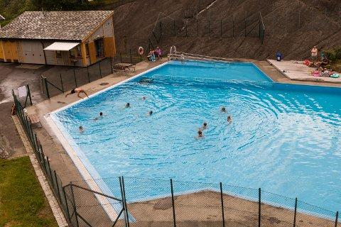 Mange badande: Frode Hjørnevik fortel at badedammen i Tyssedal var godt besøkt i den nylege varmeperioden.