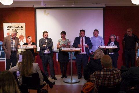 Debatt: Partitoppane til nesten alle partia i Ullensvang var samla for å debattere samferdsel på Sentralbadet Litteraturhus måndag.