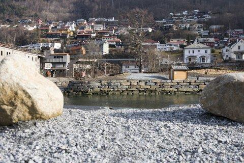 GANGBRU: Prosjektleiar Eirik Lia fortel at arbeidet med å få på plass ei ny gangbru i elveosen har tatt lengre tid enn planlagt.Arkivfoto: Sondre Lingås Haukedal