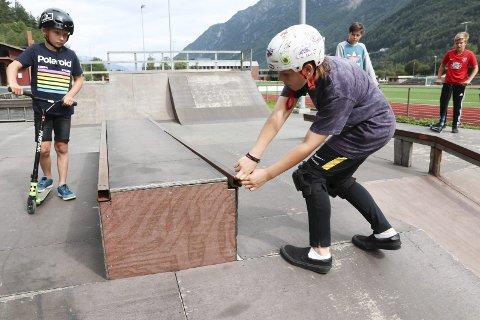 Kan plukkast frå kvarandre: Kristoffer demonstrerer kor lause delane på skateparken eigentleg er. Foto: Synnøve Nyheim