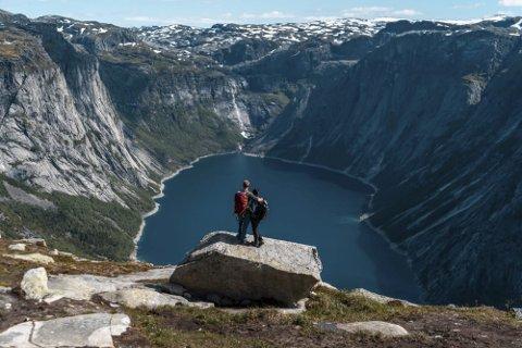 Ringedalen: Visit Hardangerfjord har sett inn eit ekstragir for å få nordmenn til å velja Hardanger denne sommaren. Foto: VisitHardangerfjord/Trolltunga Adventures
