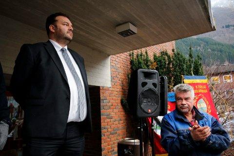 Populære lokalpolitikarar: Roald Aga Haug (t.v.) og Terje Kollbotn. Her under ein demonstrasjon for akuttkirurgien ved Odda sjukehus.