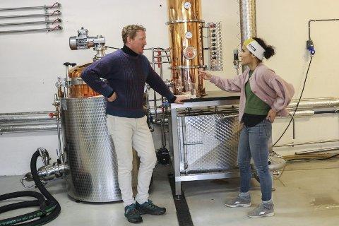 Gjermund og Arita Åkre med det nye destilleriet i Edel Sider.