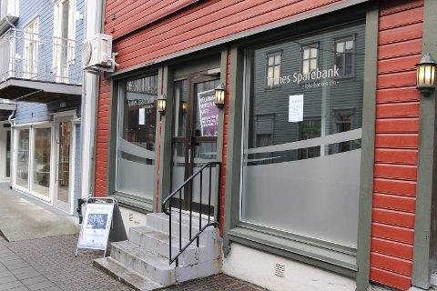 Bakkegata: Tysnes Sparebank har sidan 2017 halde til i bakkegata. No flyttar dei inn saman med Tveit Regnskap i Eitrheimsvegen. Foto: Sondre Lingås Haukedal