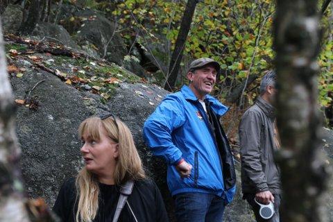 Marit Eikemo og søskenbarnet Lars Eikemo var nylig tilbake på steinen der bestefaren til Lars tegnet inn motstandsmerket H7 under krigen.