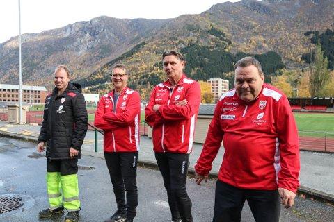 Fotballstjerner: Yngve Tveit, sammen med fotballtrenerne Tore Mathiassen og Ove Bolstad. Stjernespiller Torleif Hansen er klar for første trening.