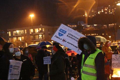 Aksjonsgruppe: Aksjonsgruppa for levande bygder arrangerte fakkeltog som reaksjon på rådmannen sitt budsjettforslag. No tar dei motstanden eitt steg lenger.