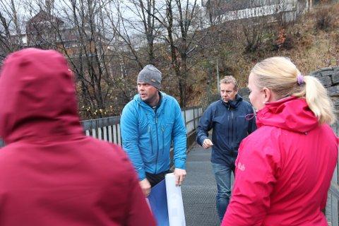 Espen Hulstrand og Trond Seim hadde med seg en rekke andre ildsjeler i bygda da de denne uka hengte opp to store bannere på gangbrua i Tyssedal.