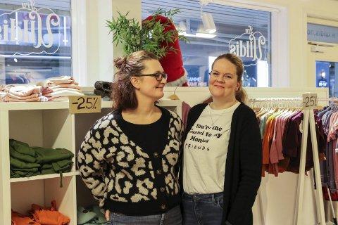 Butikkdrivarar: Marie Gravdal og Katrine Kolltveit seier dei har hatt to fantastiske år som butikkdrivarar, men er ikkje triste for at dei no må legge ned. foto: Inga Øygard Jaastad