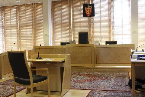 Retten: Ein mann i 60-åra må møta i Hardanger tingrett i slutten av januar, tiltalt for trugslar og vald.