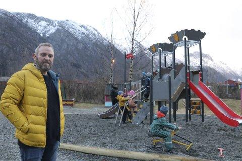 OPPGRADERING: Styrer i Eitrheimsvågen barnehage,  Asle Natås Lægreid, er godt fornøyd med å ha fått nye lekeapparat på plass.