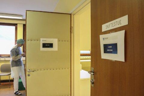 Ein utanlandsk statsborgar som har vore på reise i Noreg testa positivt for covid-19 på Bygdarbøen smitteklinikk.