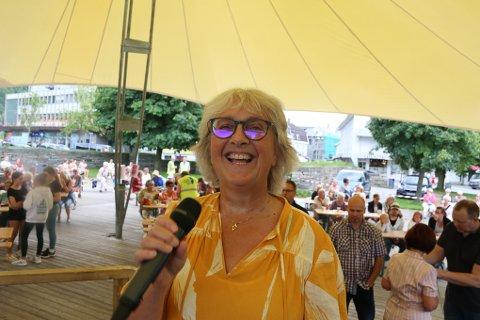 Gunn Gravdal Elton leder publikum gjennom den aller første versjonen av Allsang i Odda.