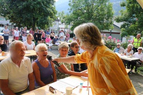 Folk sang med og koste seg i sola under Allsang i Odda torsdag ettermiddag.
