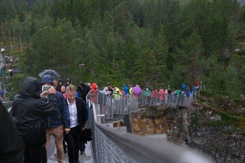 BRUOPNING: Mange hadde møtt fram og ville gå over brua etter den høgtidelege opninga. Foto: Sigrid Hallanger
