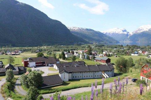 Utsikt over dei sentrale delane av Røldal. No har BKK fått støtte av fylkeskommunen til å bygge ein hurtigladestasjon i bygda.
