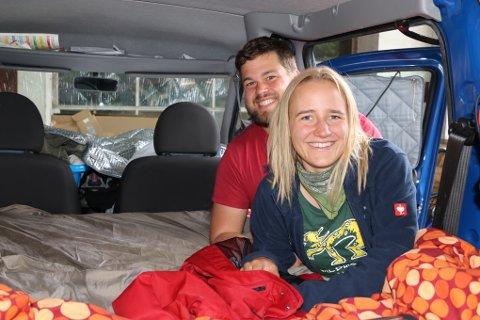 De to tyske turistene overnattet i den havarerte bilen natt til fredag. Nå får de leiebil og kan fortsette ferien mens de venter på ny bil fra Tyskland.