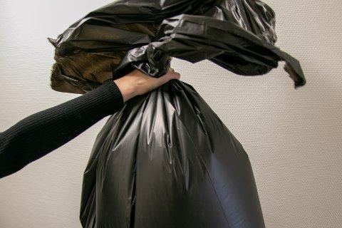 Frå nyttår av stoppar miljøstasjonane i kommunen å ta imot farga søppelsekkar. Illustrasjonsfoto.