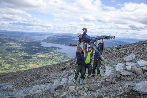 I horisontalen : Svein Nord i luftig positur på Skogshorn, takk vera sherpaer. Foto: Privat