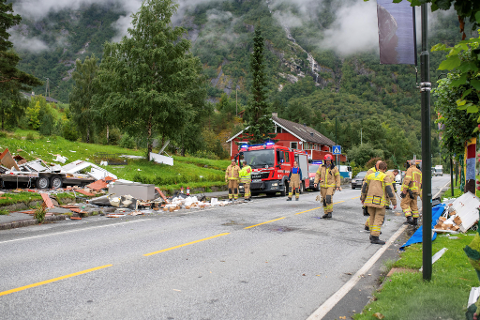 Delar frå matvogna låg strøydd utover i ein radius på om lag 20 meter.