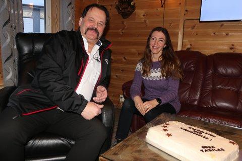Cato Holm og Roxana Frette feiret med kake for å markere at Odda Taxilag AS fra 1. mars tar over pasientreisene igjen.