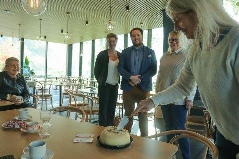 KAKE: De ansatte på Trolltunga Hotel fikk kake av LO Indre Hardanger da det ble kjent at bedriften nå har sikret seg tariffavtale. - Det er positivt og gjør at vi fagbevegelsen nå ønsker å bruke hotellet, sier Tommy Tverdal, leder i LO Indre Hardanger.