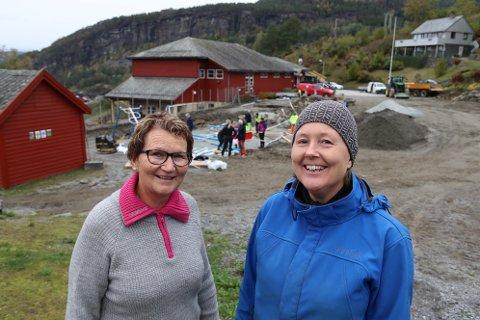 Prosjektleiarar for nærmiljøanlegget i Herand, Margreta Sandvin Eiken (t.v.) og Kaia Gulbrandsen er strålande nøgde med å endeleg vera i gang med arbeidet.