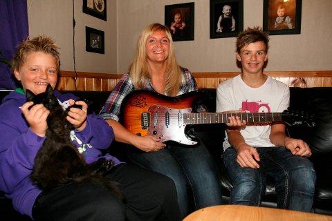 Vant gitar: Helga Edna med sønnene Eivind Eriksen (med katten Milo på fanget) og Thomas Eriksen. Fra HF 7. oktober 2011.
