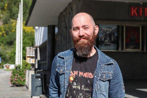 Wermund Vetrhus er kommuneplanleggar i Ullensvang, og forklarer korleis innbyggarar kan vere med og påverke kva dei ulike områda i kommunen kan brukast til. Foto: Synnøve Nyheim