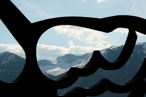 Utsikt på Utne: Gjennom Arnold Haukeland sin skulptur. Arkivfoto: Mette Bleken