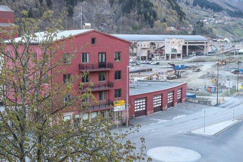 BRANNSTASJON: Dagens brannstasjon i Odda ligger tett på riksveg 13. Arbeidstilsynet har allerede pekt på en rekke forhold med dagens stasjon som ikke er god nok, blant annet skillet mellom ren og skitten sone. Nå starter prosessen med å bygge en ny stasjon.