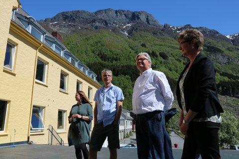NY RESTAURANT: Neste helg åpner den splitter nye restauranten til Trolltunga Hotel. Tor Petter Stensland fra Odda Holding AS (nr. 2 fra høyre) er full av lovord om Jostein Soldal (nr. 2 fra venstre). – Han er den nye turismens far, sier Stensland.  T.v. medeier Anna-Ragnhild Røynstrand og til høyre hotelldirektør Camilla Reide Rise.