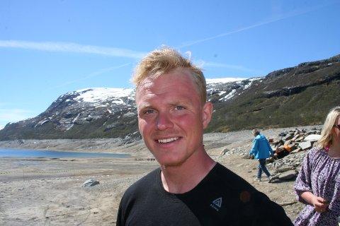 """DETTE ER MI TID"""": Nils Vetle Medhus (25) er ein av ungdomane i Røldal som prøver å gjera opprør mot at Lyse/Hydroavtalen blir sett i verk. Han heldt appell i det tørre Valdalsmagasinet laurdag."""