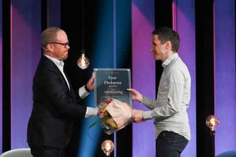 Sjefredaktør i VG, Gard Steiro, og prisvinnar Ingebjørn Bleidvin frå Ullensvang.