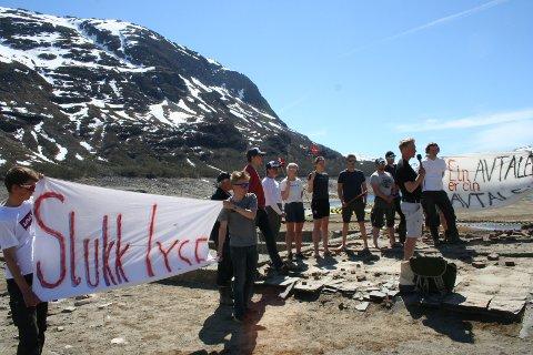 UNG APPELL: Ungdom frå Røldal hadde eigen appell, med flagg og slagord i Valdalen førre helg. No svarar Hydro på kritikken.