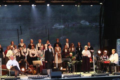 MANGE PÅ SCENEN: De involverte ga publikum en magisk opplevelse i Røldal denne helga da Røldalsspelet Den lange vegen hadde urpremiere.