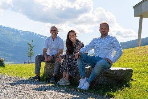 GLER SEG: - Me gler oss til å samarbeida med Amedia, seier konsernleiar Terje Olsen (til venstre) og publisher Guro Valland i Hordaland. Til høgre direktør for Mediehus i Amedia, Morten Nilsen.