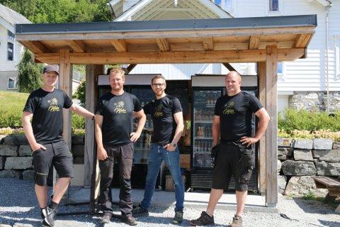 Produsentane: Ivar Tveito Eidnes, Åsmund Eidnes Nedrevåg, Halldor Gjernes Lofthus og Halldor E. Eidnes står bal Lofthus sideri. Her står dei ved grindbygget og utsalsstaden på Eidnes i fjor sommar, der folk kan kjøpa eplejuice.