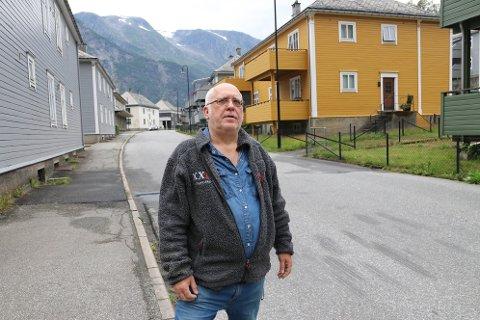 - Vi treng fleire slike fartshumpar i Skjeggedalsvegen, seier Hans Kristian Larsen. I bakgrunnen ser vi også ein av fleire gjennomgangsvegar som leiar rett ut i vegen.