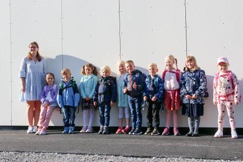 Kontaktlærar Maria E. Sørheim (t.v) saman med dei nye førsteklassingane i Jondal; Millie, Gard, Anastasia, Johannes, Tilde, Olvar August, Trygve, Aurora, Irene og Laura.