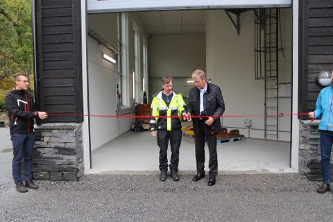 Klipte snora: Dagleg leiar i Forte Vannkraft Rein Husebø klipte snora i fellesskap med Sigurd Johannes Traa (gul jakke).