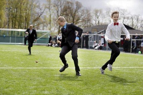 Intenst: Simon Falkeid taper potetløpet meter før målgang til Selmer Gregersen.Foto:Grethe Nygaard