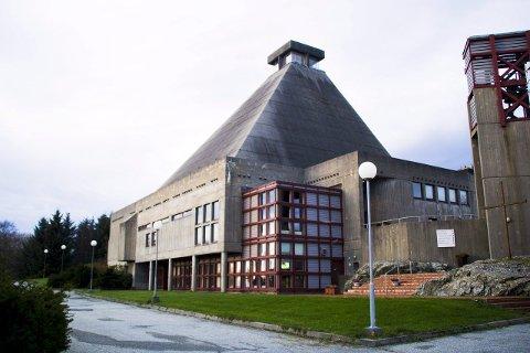 STYGG ELLER FIN?: Rossabø kirke ble bygget 1972 tilhører stilarten brutalisme. Den verneverdige kirken er tegnet av arkitektene Per Amund Riseng og Jan Stensrud. Arkivfoto: Pia Vinningland